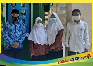 Kepala madrasah bersama dua siswi dan pembina eskul MAN 1