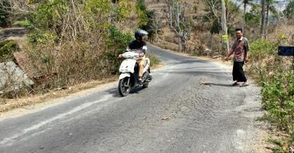 Ruas Keling - Montong Ajan,salah satu ruas jalan wisata yang masih memprihatinkan