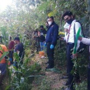 Geger, warga bersama aparat di lokasi nenek yang ditemukan tewas bersimbah darah