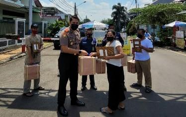 Kompol Haris saat membagikan sembako kepada warga Duren Sawit