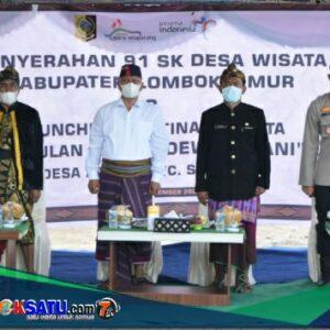 Kadis Pariwisata H Mugni (tiga dari kiri) mendampingi bupati saat penyerahan 91 SK Desa Wisata secara simbolis