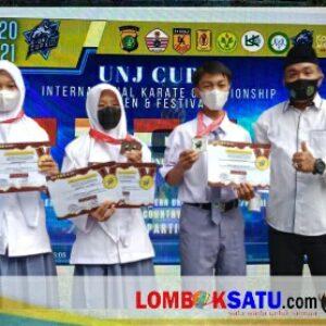 Tiga siswa MAN 1 Lotim bersama Kepala MAN 1 Lotim M Nurul Wathoni menunjukkan sertikat juara karate