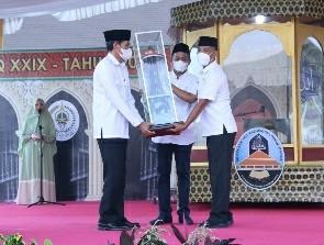 Bupati Lombok Tengah HL Pathul Bahri (tengah) saat menyerahkan piala juara MTQ