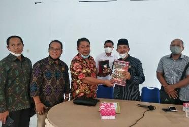 Kepala Dinas Sosial Muliardi Yunus saat menerima kunjungan Komisi I DPRD Karangasem Bali