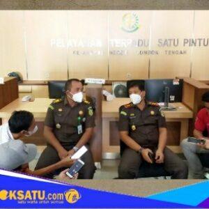 Kepala Kejaksaan Negeri Lombok Tengah Fadil Regan SH, MH (kanan) didampingi Kasi Intel Catur Hidayat Putra SH, MH. umumkan indikasi korupsi