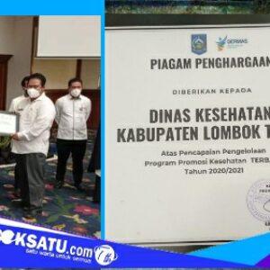 Kabid Bina Keluarga Sehat Dikes Lotim Nurhidayati menerima penghargaan dari Dikes NTB