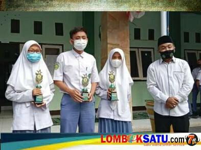 Siswa siswi bersama Kepala MAN 1 Lotim tunjukkan piala atas prestasinya di ajang KSM tingkat NTB