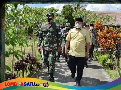 Danrem 162/ Wira Bhakti Brigjen TNI Ahmad Rizal Ramdhani bersama Bupati Lotim HM Sukiman Azmy saat bakti sosial di Desa Wisata Tetebatu Selatan