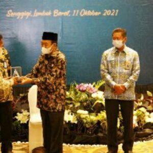 Bupati saat menerima piagam penghargaan WTP untuk Lombok Tengah yang ke sembilan kalinya