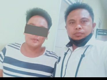 H. Fauzan Azima (kanan) saat menjenguk tersangka K di sel tahanan dan akan melaporkan oknum dewan
