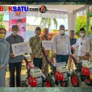 Yayasan HBK Peduli saat menyalurkan bantuan hand traktor