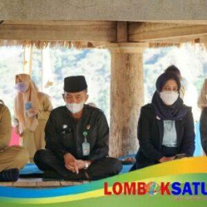 Bupati Lombok Timur HM Sukiman Azmy (kiri) saat menghadiri Sidang Isbat Nikah ratusan pasangan suami istri warga Sembalun Bumbung